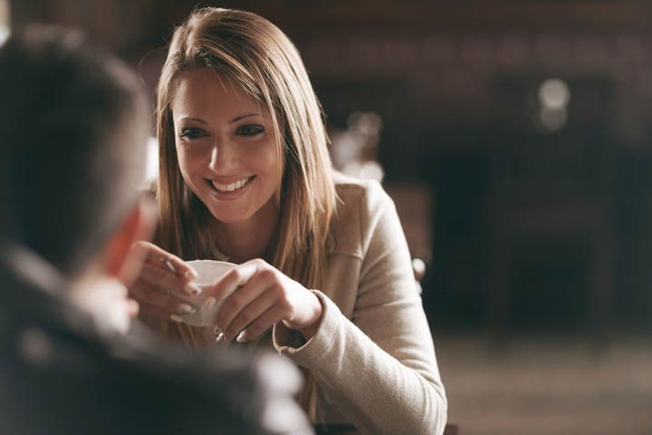 A beautiful woman is on a romantic date with a man.